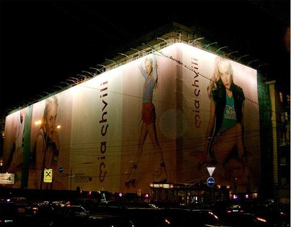 подсветка рекламы на фасаде