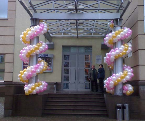 монтаж гирлянды из шаров на фасаде здания